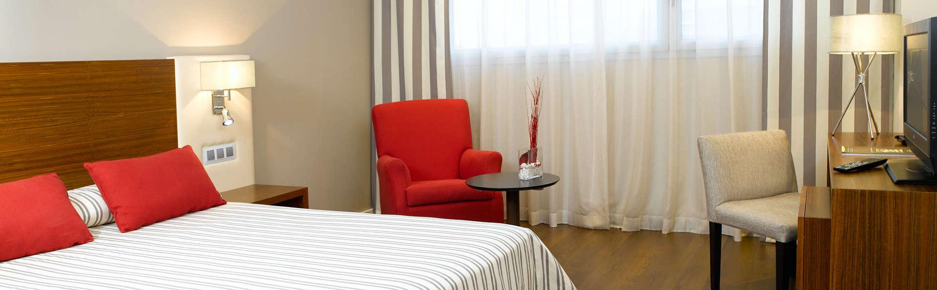 Escapada en habitación superior con detalles románticos y salida tardía garantizada