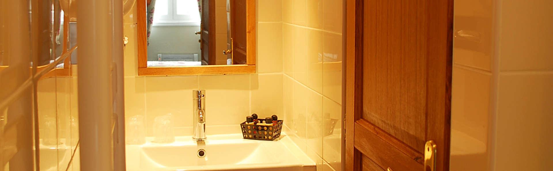 Hôtel Entre Terre et Mer - edit_bathroom.jpg