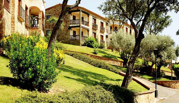 Vivi la Costa Brava in un appartamento in un resort di lusso con piscina