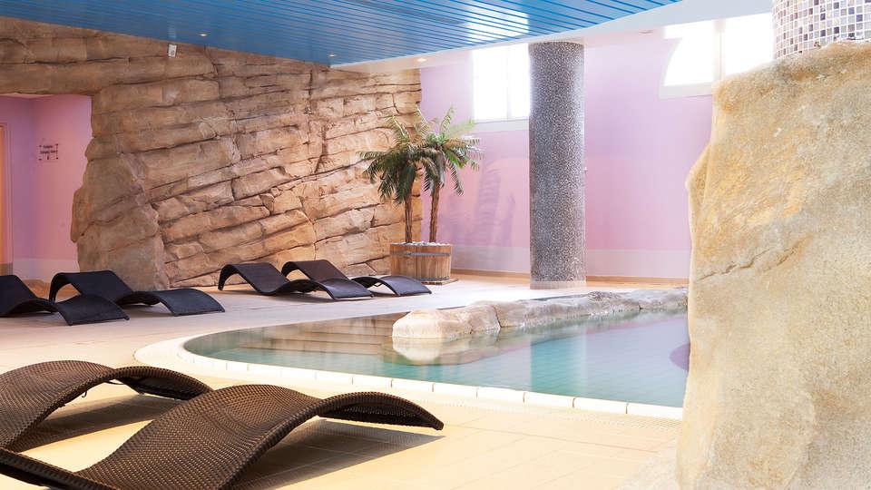 Vienna House Dream Castle Hotel Paris - edit_pool55.jpg