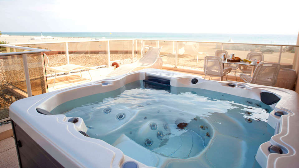 Grand Hôtel Les Flamants Roses - edit_jacuzzi3424.jpg