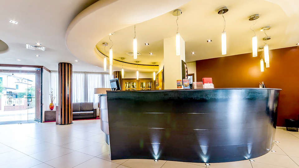 Smart Hotel Holiday - Edit_Reception.jpg