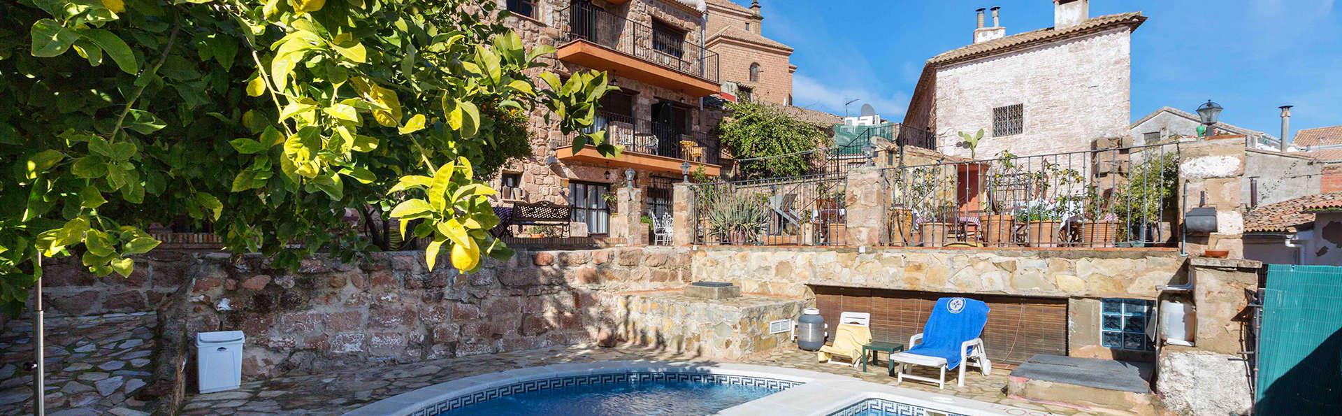 Hotel Palacio Guzmanes - edit_pool.jpg