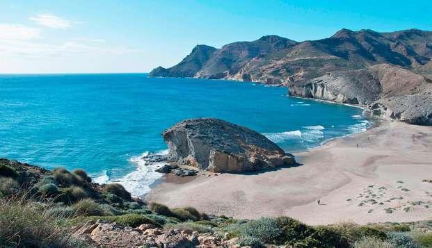 Escapada con desayuno, botella de cava y bombones en la Costa de Almería