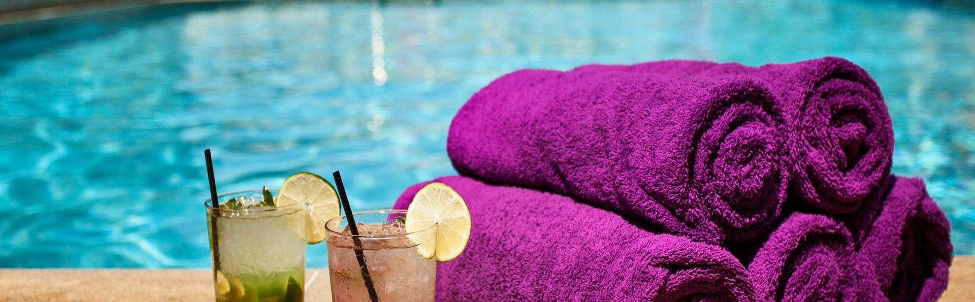 Hotel Oca Vermar - edit_pool_cocktails.jpg