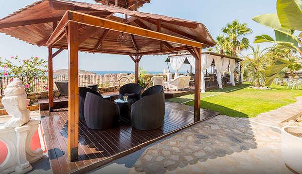 Minivacaciones con pensión completa en mazarrón en hotel con piscina y zona lounge vistas al mar