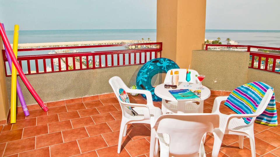 Hotel Las Palmeras - edit_terrace.jpg