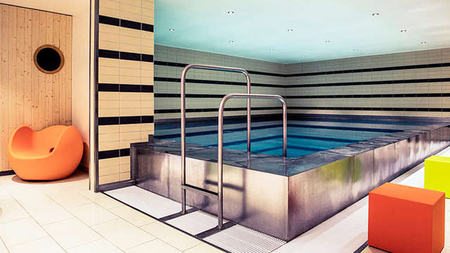 1 acceso a la piscina interior para 2 adultos