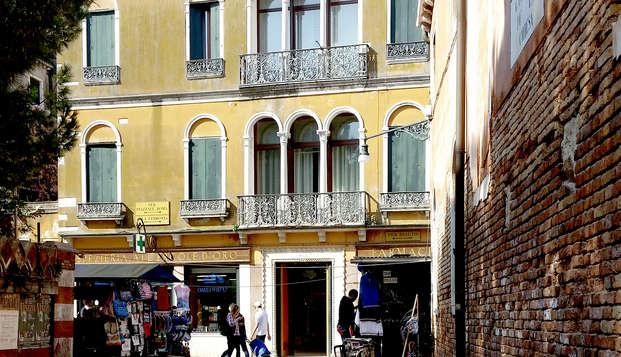 Estancia en Venecia en amplia habitación triple en un hotel en el corazón de la ciudad