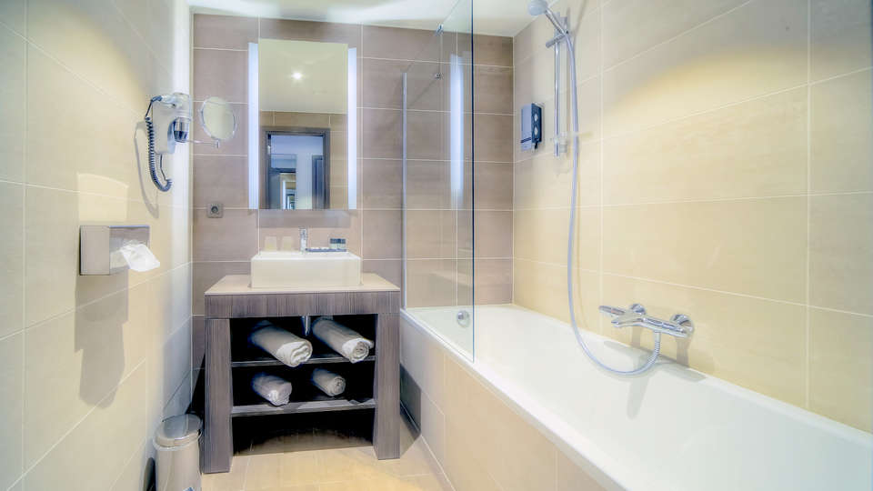 Hotel Lido Mons Centre - Edit_bath2.jpg