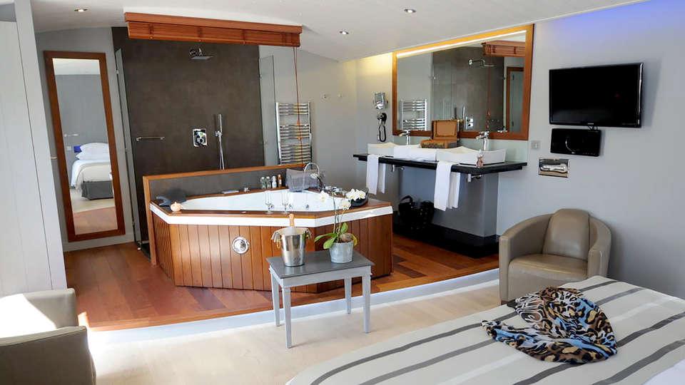 Elégance Suites Hôtel - Edit_room5.jpg