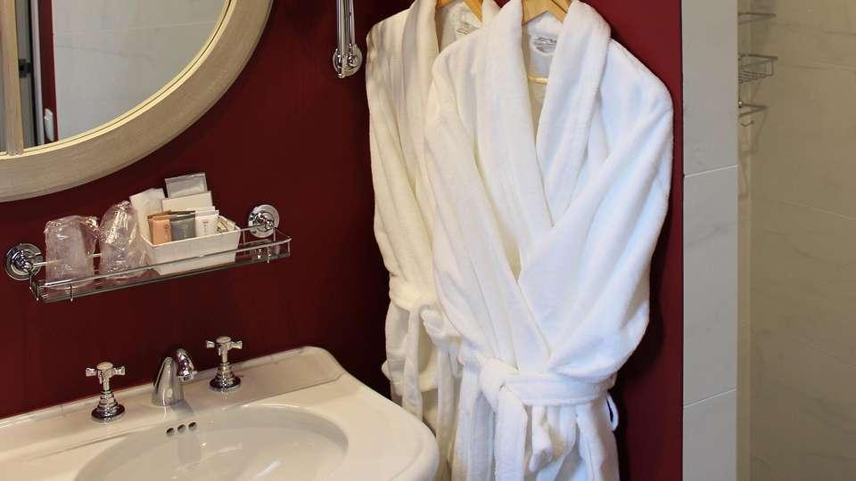 Hotel De Castillion - edit_bathroom6.jpg