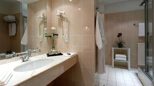 Hotel Le Plaza - bathroom