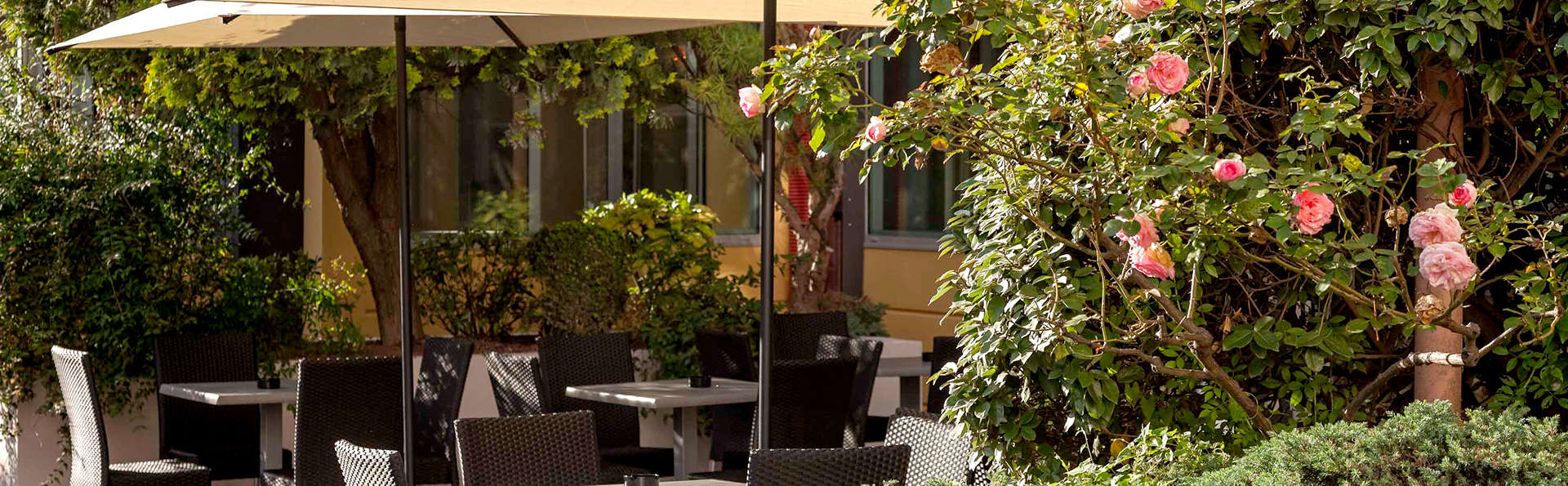 Hôtel Paradis - Edit_Terrace.jpg