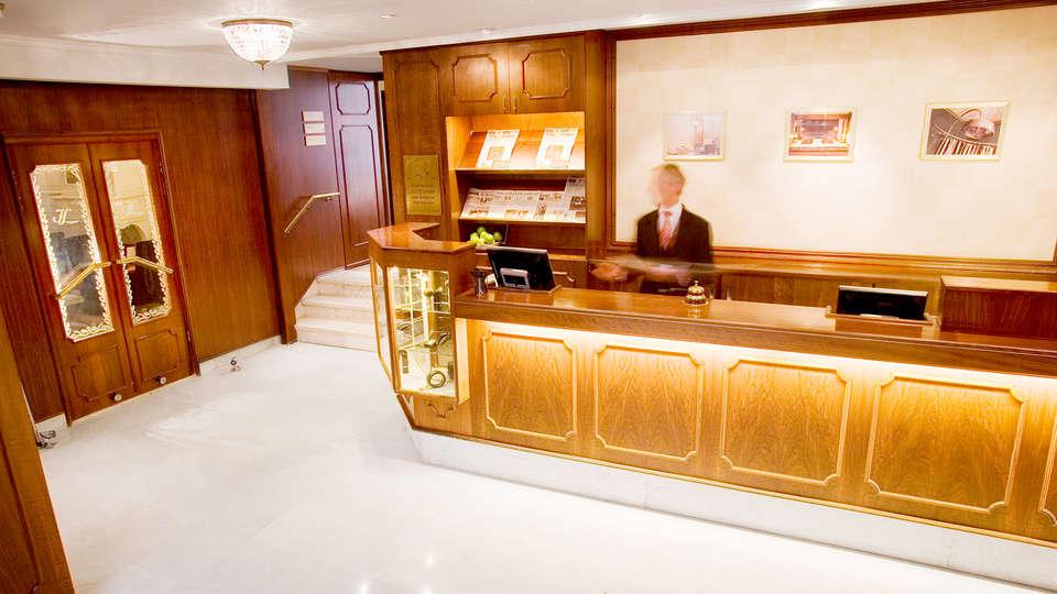 Bilderberg Hotel Jan Luyken  - Edit_reception.jpg