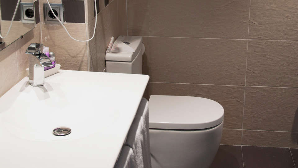 Hotel Roger de Flor Palace - EDIT_NEW_bath.jpg