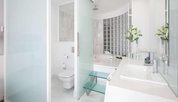 Romanticismo en Suite con bañera hidromasaje, benjamín de cava y salida tardía