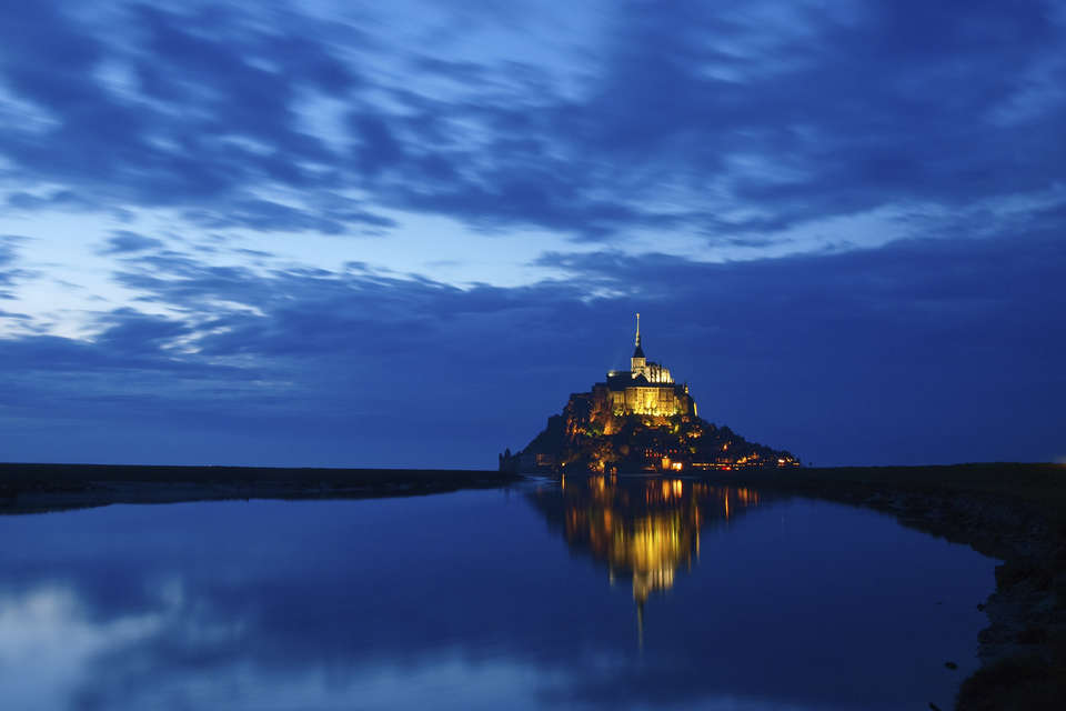 Hôtel des Lices - Mont_Saint-Michel_at_night_-_iStockphoto_-_Thinkstock.jpg