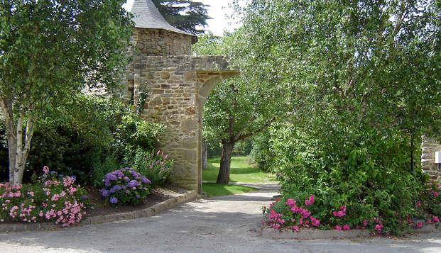Escapade romantique avec champagne et pétales de rose en chambre dans un manoir près d'Auray