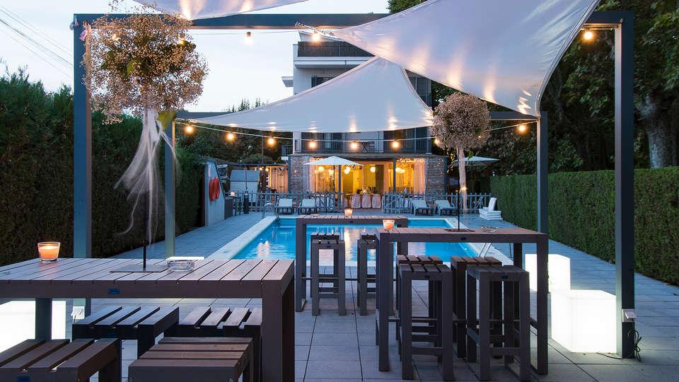 Hotel L'Ast - edit_pool_terrace.jpg