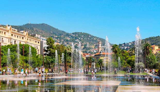Romanticismo con champán y ramo de rosas en el corazón de Niza