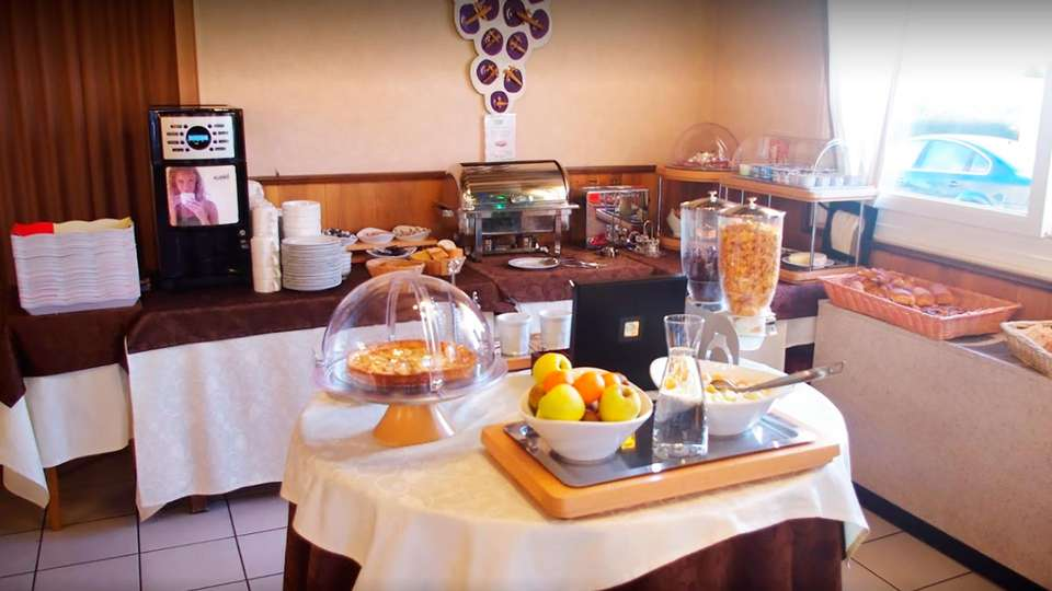 Hostellerie du Centrotel et Spa - EDIT_buffet.jpg