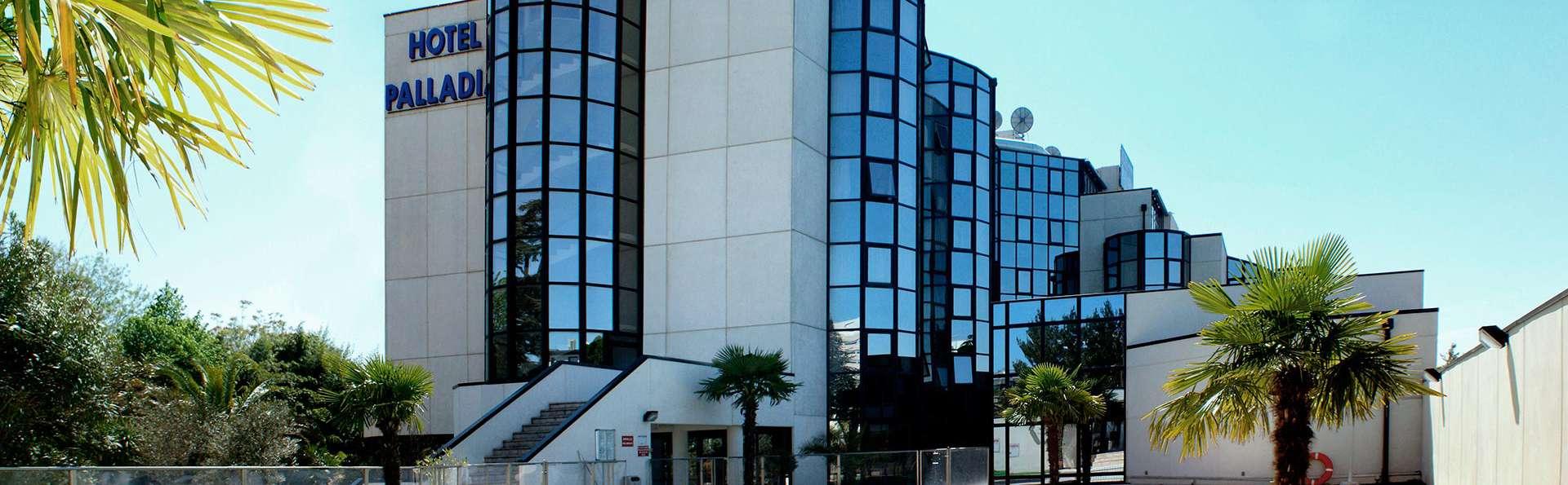 Hôtel Palladia - EDIT_poolfront.jpg