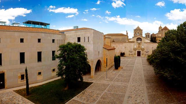 Descansa dentro del monasterio de Poblet, con desayuno y visita a una bodega ecológica