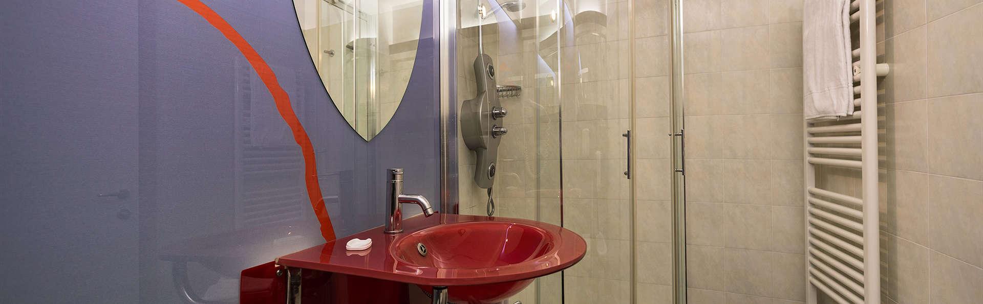 Hotel Daytona - Edit_Bath3.jpg