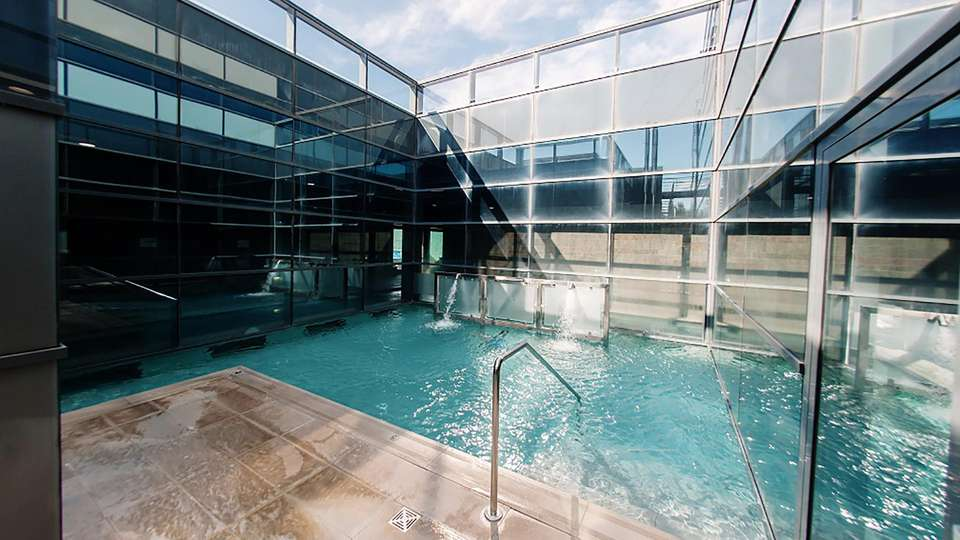 Hotel Bed4U Pamplona - EDIT_outpool.jpg