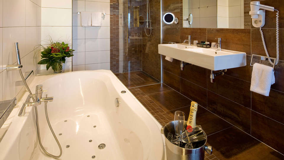 Van der Valk Hotel Princeville - edit_bathroom.jpg