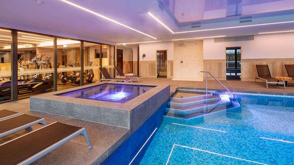 Van der Valk Hotel Princeville - edit_pool2.jpg