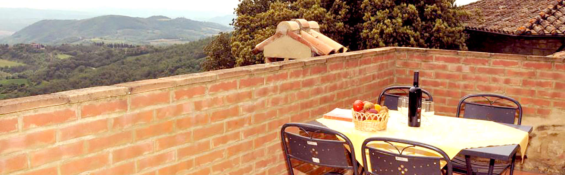 Spa et bouteille de vin au cœur de la verdoyante campagne toscane