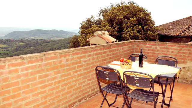 Veblijf met spa en een fles wijn op het Toscaanse platteland