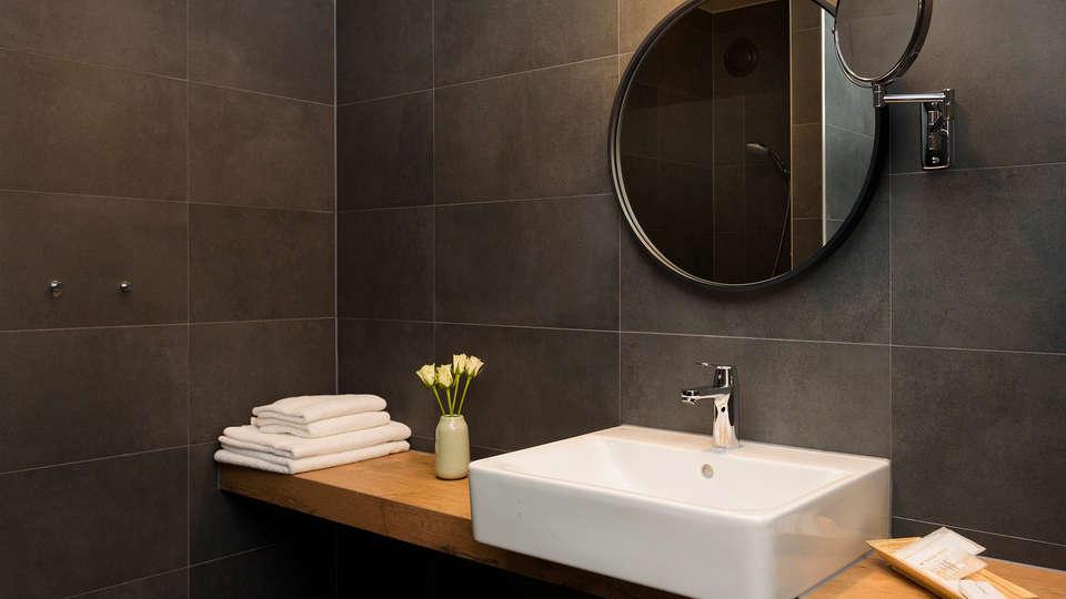 Golden Tulip Keyser Breda - Edit_BathroomConfort3.jpg