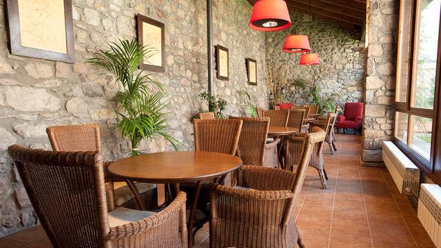 Romanticismo en un hotel con encanto en el Valle de Benasque con botella de vino de regalo