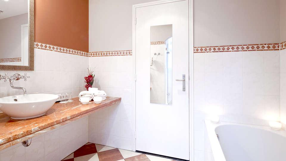 Hotel Kasteel TerWorm - Edit_Bathroom3.jpg