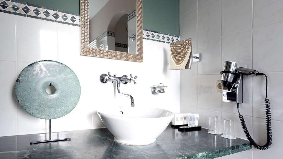 Hotel Kasteel TerWorm - Edit_Bathroom.jpg