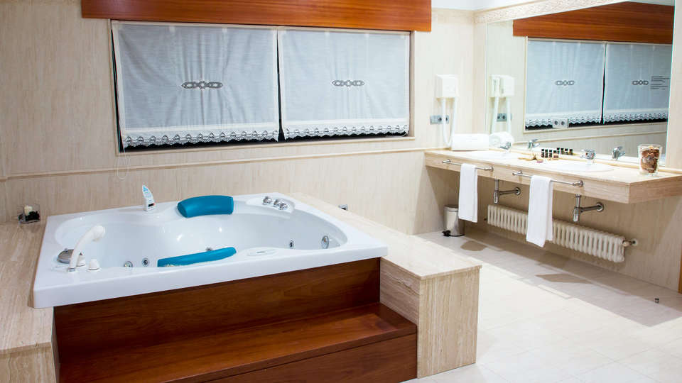 Hotel SPA Vía Argentum - EDIT_bath2.jpg