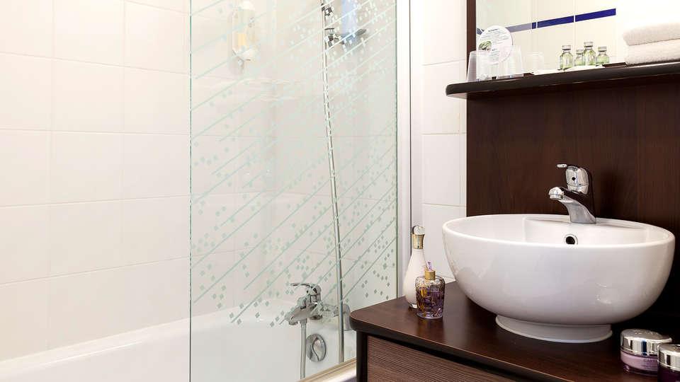 Zenitude Hôtel Résidences - Les Hauts d'Annecy - Edit_Bathroom.jpg
