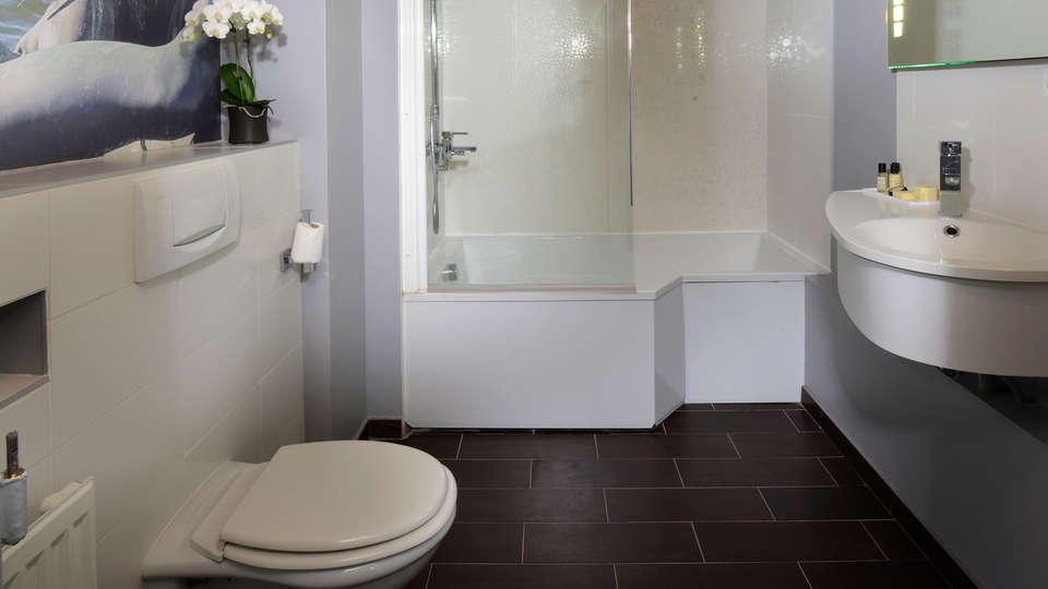 Hôtel le Versailles - edit_bathroom.jpg