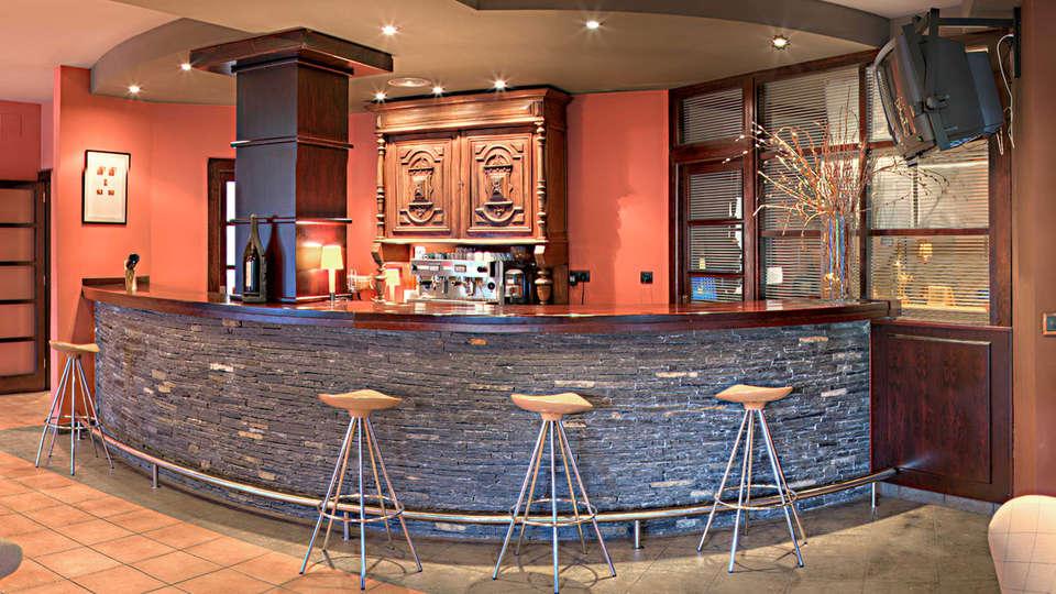 Hotel Cotiella - EDIT_bar.jpg