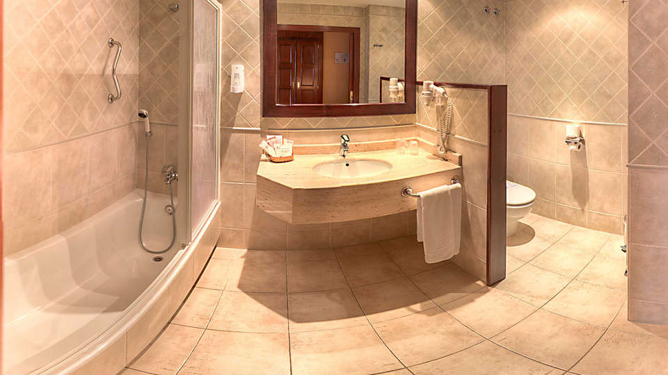 Hotel Cotiella - EDIT_bath1.jpg