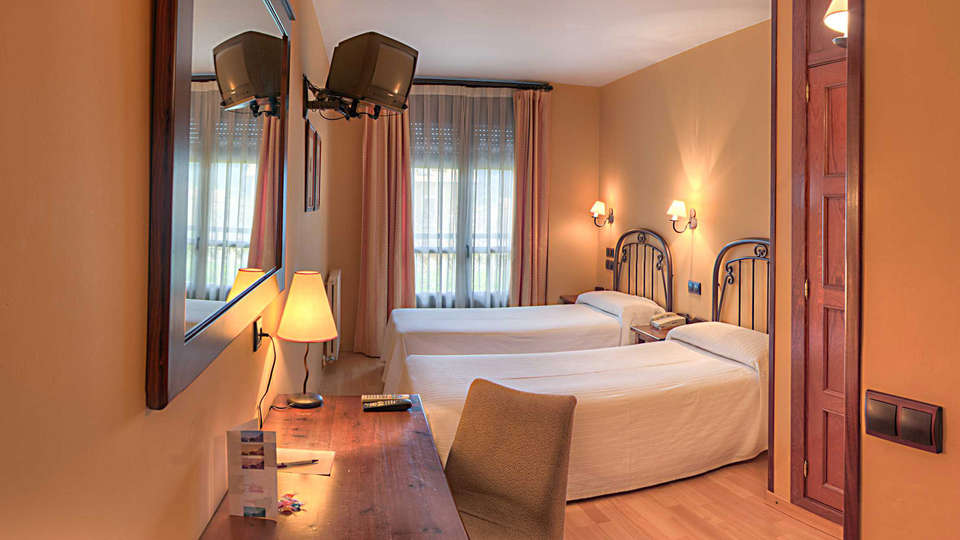 Hotel Cotiella - EDIT_room1.jpg