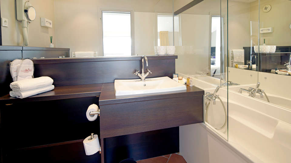 Hôtel des Beaux Arts - Edit_Bathroom.jpg