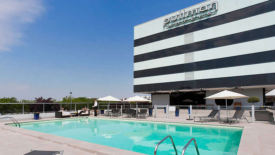 Pullman Bordeaux-Lac - edit_pool3.jpg