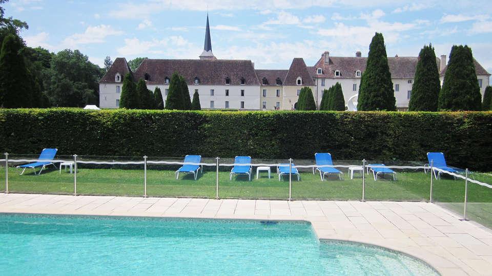 Château de Gilly - EDIT_frontpool.jpg