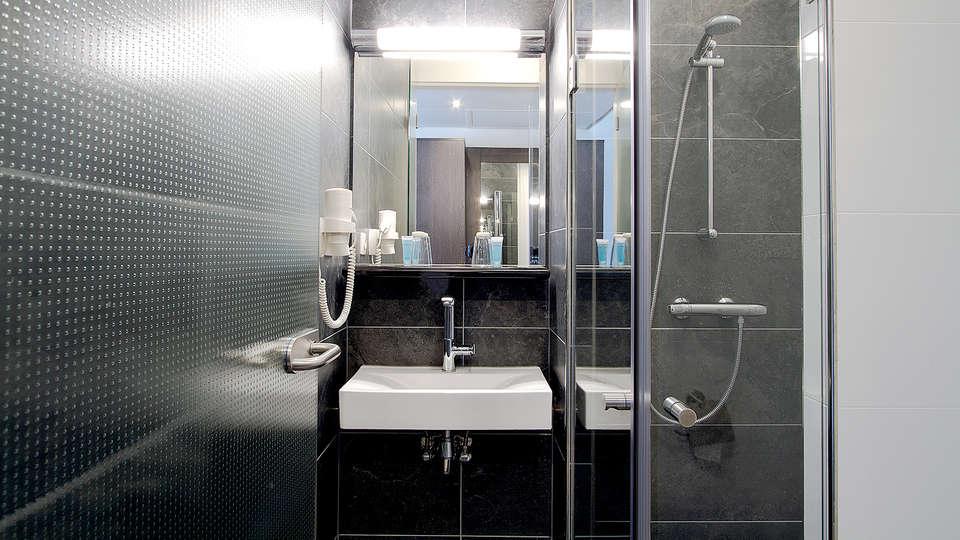 Bastion Hotel Brielle Europoort - Edit_Bathroom.jpg