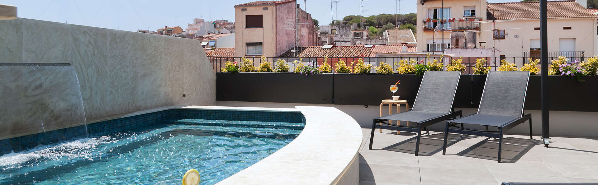Vila Arenys Hotel - Edit_Pool2.jpg