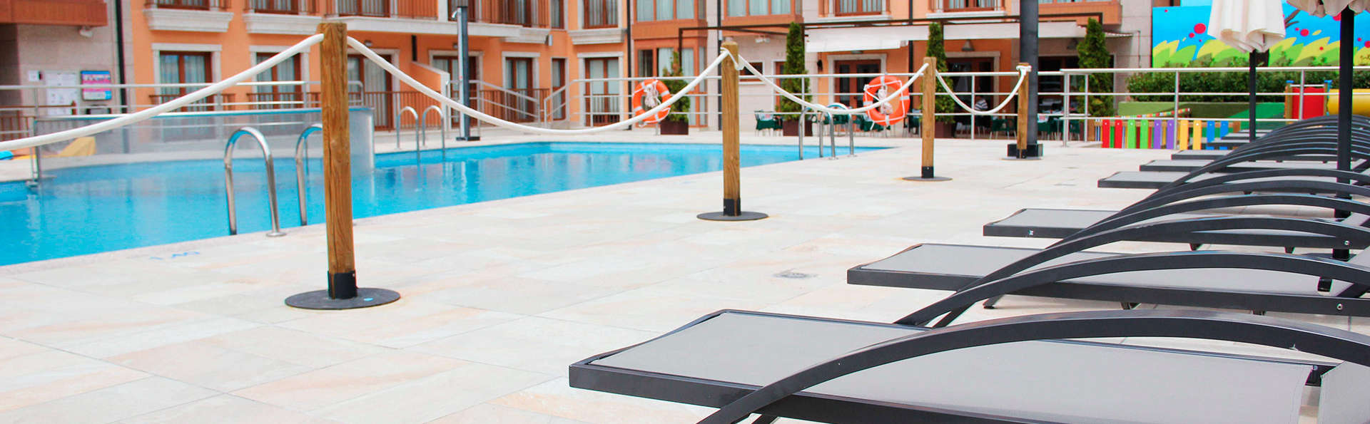 Apartahotel - Spa Jacetania - EDIT_pool.jpg